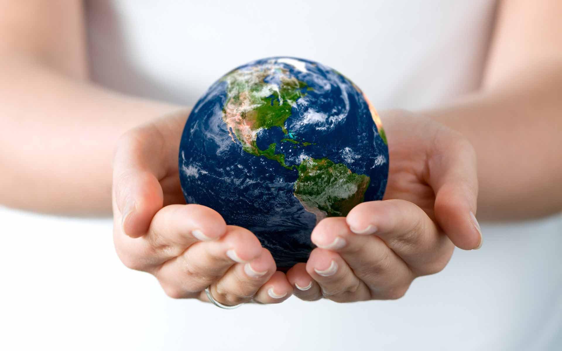 Обои земной шар земной шар в ладонях